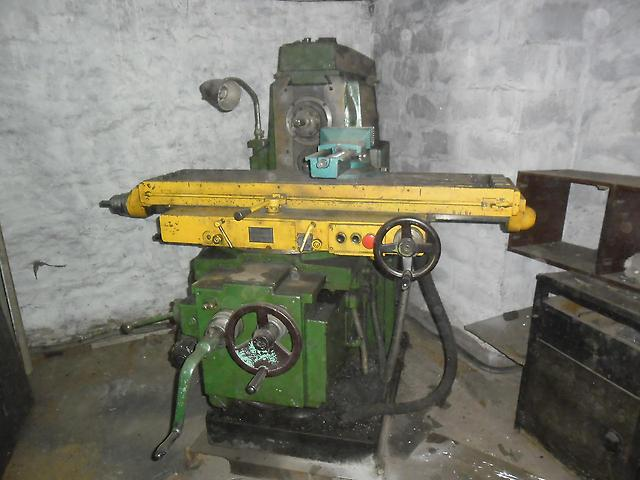 Фрезерный станок 6Р82 является одним из популярных металлообрабатывающих станков
