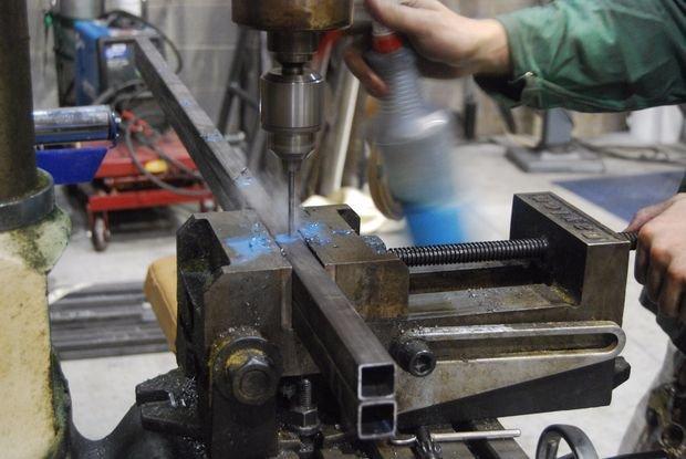 Сверление детали на неповоротных тисках для станка