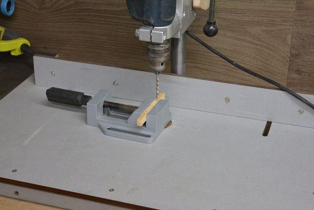 Тиски помогают удерживать детали в нужном положении в процессе сверления на станке