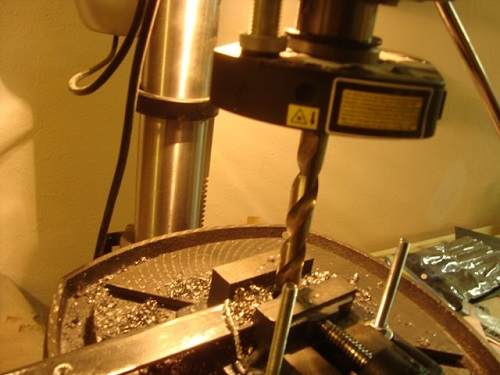 Сверление металла с использованием фиксирующих тисков
