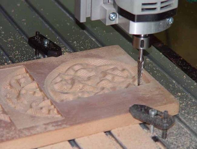 Фрезерно-гравировальный станок в процессе работы