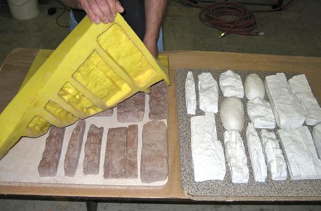 Процесс выемки готовой плитки из формы