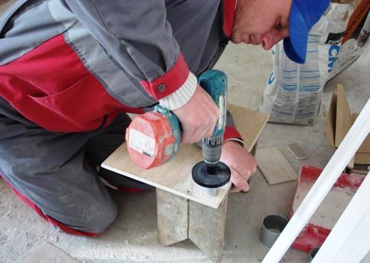 Сверление отверстия в керамической плитке