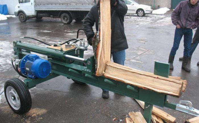 Во время работы с дровоколом следует соблюдать меры безопасности