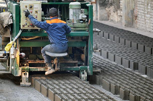 Процесс изготовления керамзитобетонных боков на специальном станке
