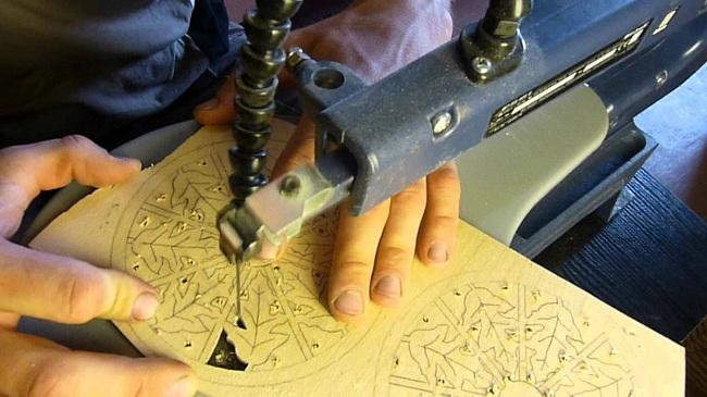 Лобзиковый станок существенно облегчает работу с фигурными деталями
