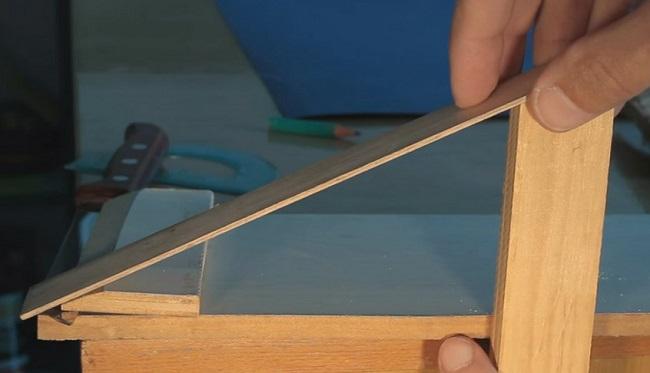 Примерка вертикальной рейки для стойки