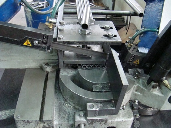 Процесс резки металла на станке