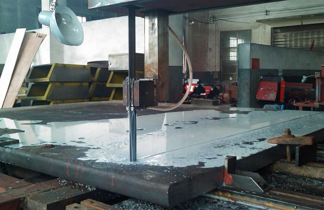 С помощью этого агрегата можно выполнять заготовку различных деталей, толщиной до 40 см