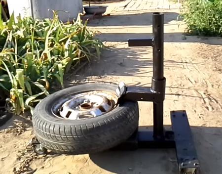 Шиномонтажный станок в собранном виде с колесом